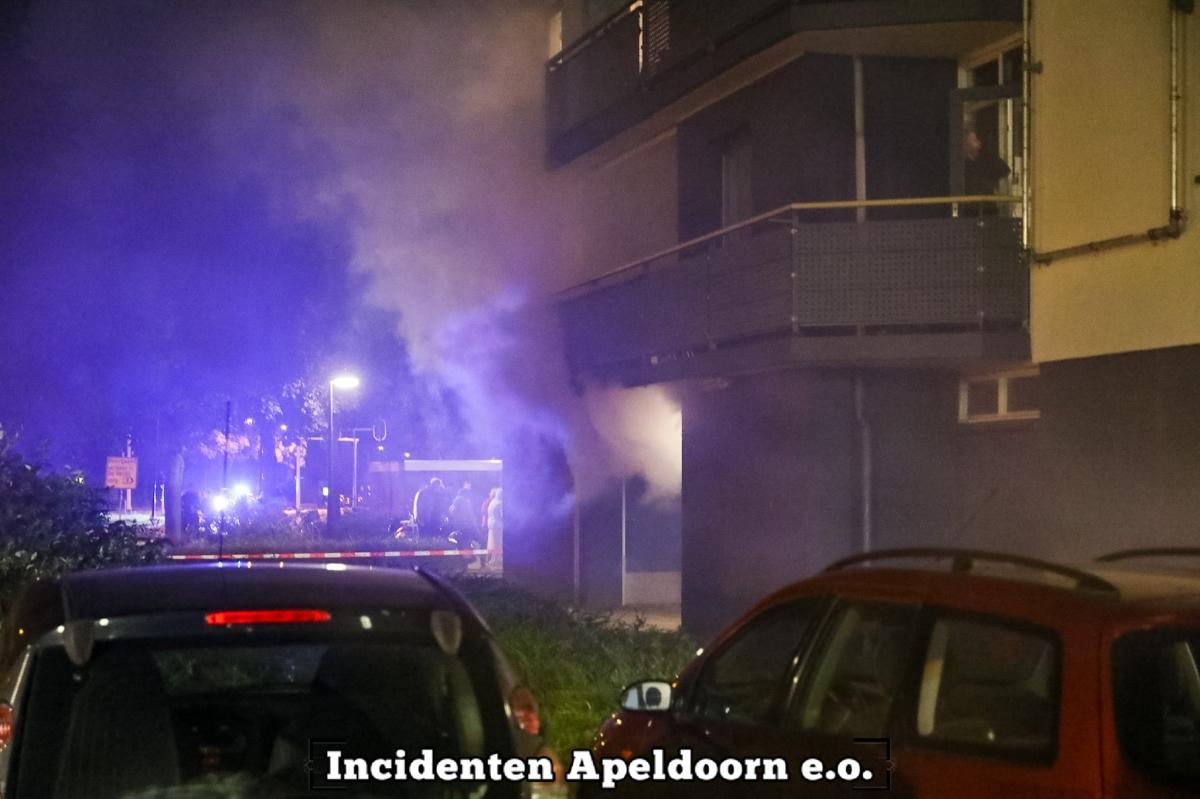 Veel rook bij grote brand in flatgebouw in Apeldoorn.
